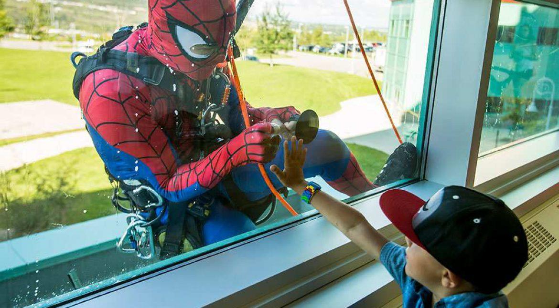 Spiderman sjell Babadimrin në Hemato-Onkologji